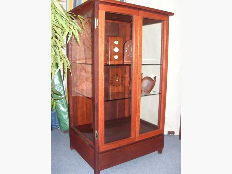 h01-02-Free-standing-display-case--with-glass-shelves